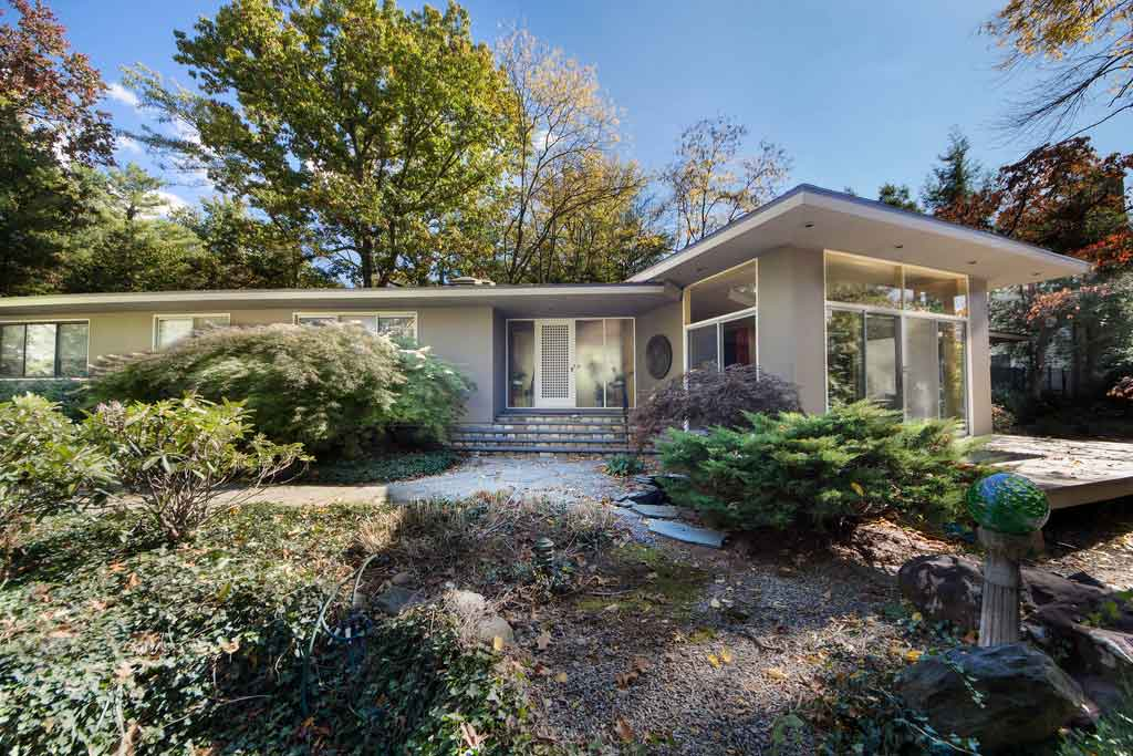 Mid century modern architecture still resonates with new for Century home builders